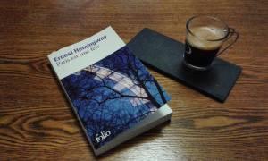 """Hymne à la vie, à l'amitié, à la création et un magnifique hommage rendu à Paris. """" Cette nouvelle edition restitue pour la première fois le texte original d'Ernest Hemingway et nous fait découvrir nombre de """"vignettes parisiennes"""" restées inédites"""""""